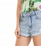Short Jeans rasgado com botões
